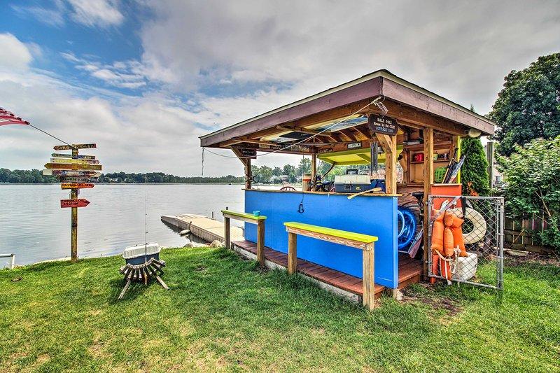 La propriété comprend un bar tiki et un quai privé!