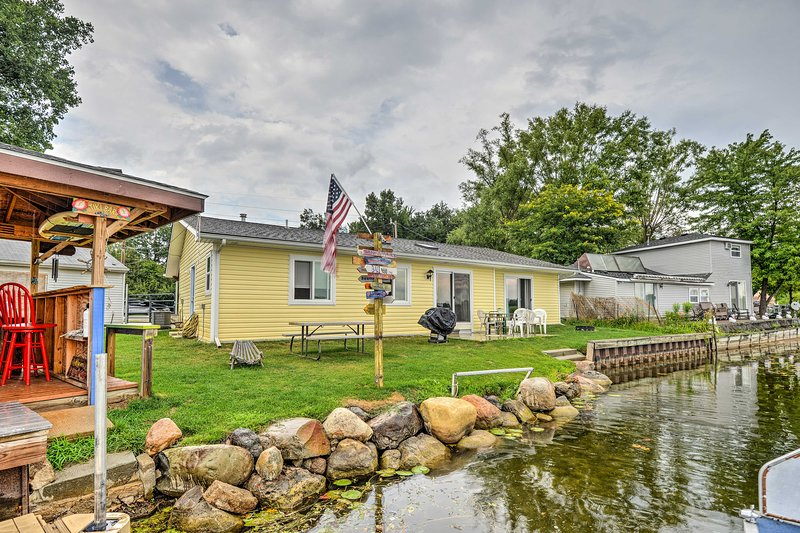 Lakefront Waterford Township Home w/ Tiki Bar! UPDATED 2019