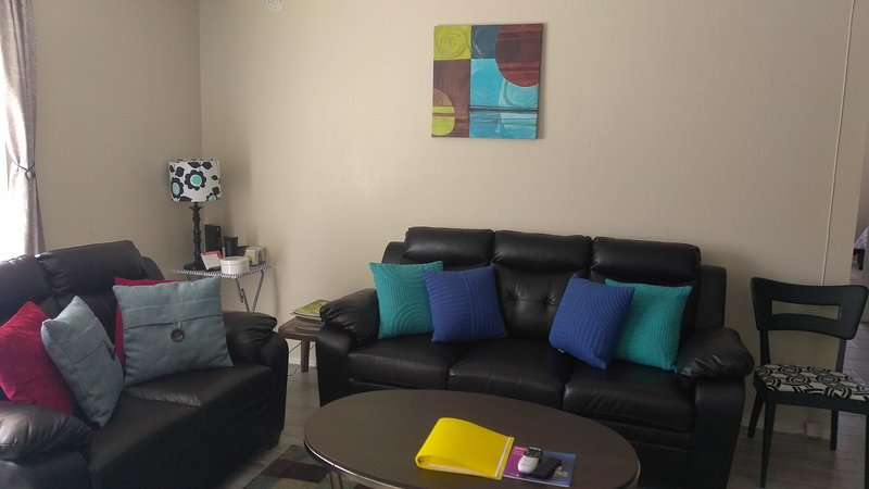 Sala de estar espaçosa, limpa e convidativa