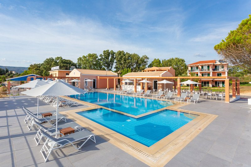 Gemensam pool på Remetzo Village - gratis att använda för kunder som bor på Nafsika Beach House