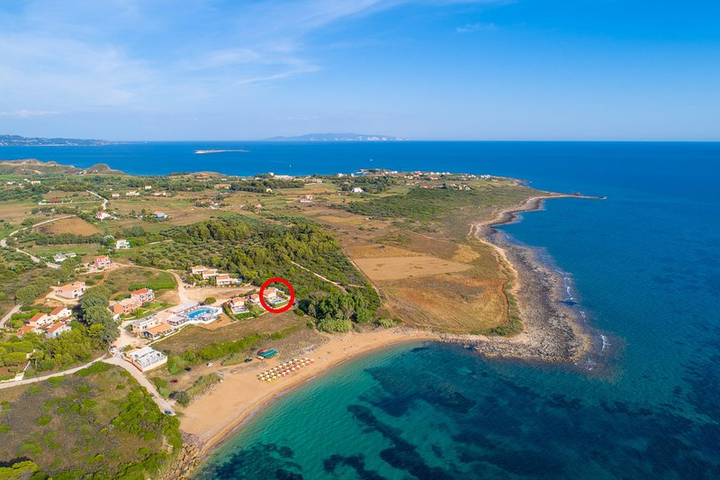 Vogelperspektive von Vrahinari-Strand, der Standort von Antigoni Beach House zeigt