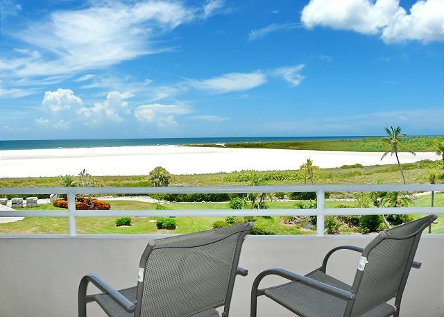 Romantic beachfront efficiency w/ heated pool & short walk to restaurant, location de vacances à Goodland
