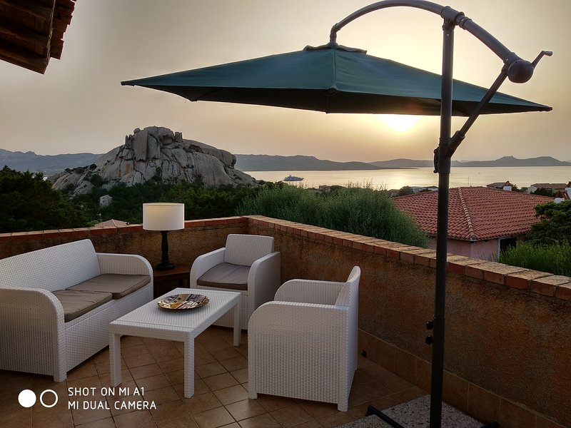 Baja Sardinia appartamento vista mare, vacation rental in Arzachena