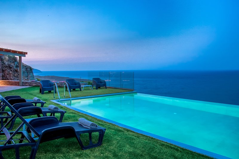 Anastasis Luxury Villa Andros with Heated Pool, casa vacanza a Ahla Beach