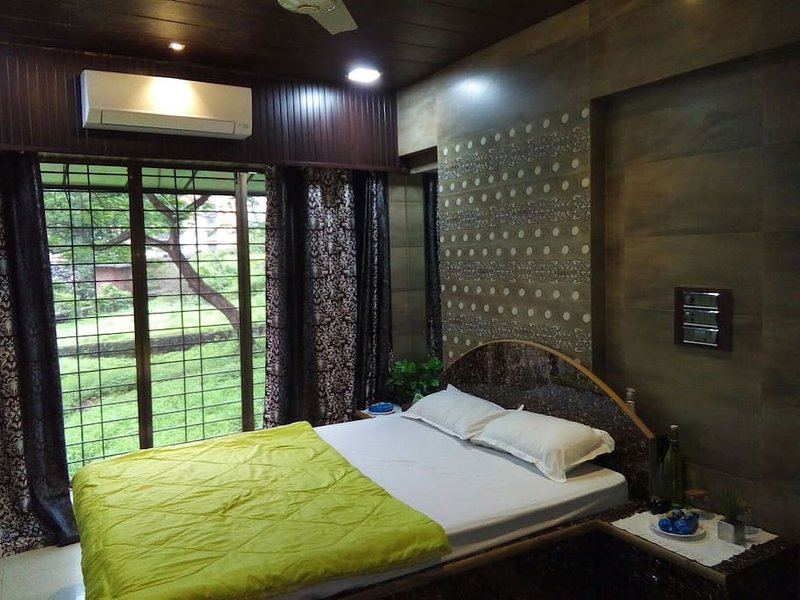 Master bedroom Near boating club, greenery covered the whole colony, holiday rental in Dombivli