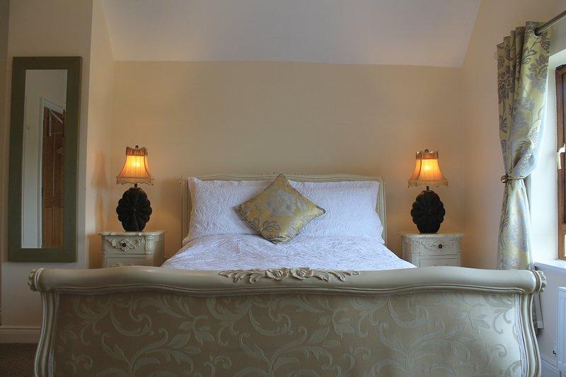 Luxury Renaissance en-suite double, vacation rental in Cloondara
