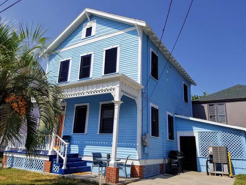 CASA AZUL (One Block to Beach Three Blocks to Pleasure Pier), holiday rental in Galveston Island