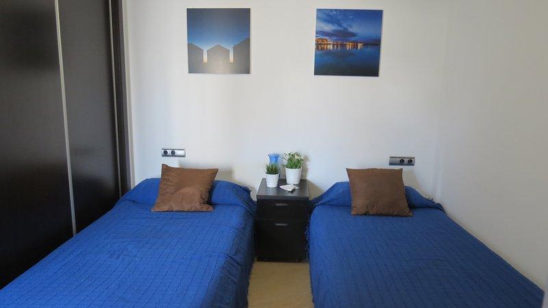 Chambre 1. Deux lits simples, air conditionné, WIFI, placards spacieux.