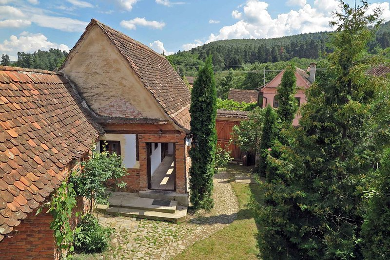 • Casa Lopo • in a quaint Carpathian village • farmhouse rental Sibiu Romania, vacation rental in Central Romania