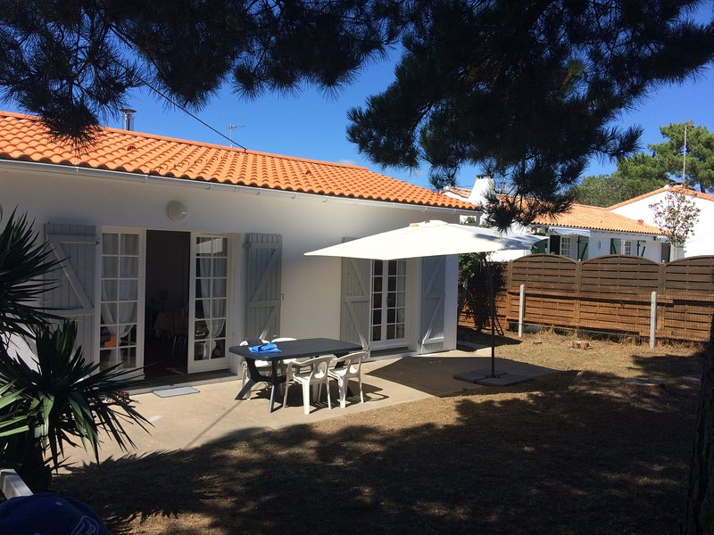 La Terrière, secluded house 6' walk from the beach, linens/cleaning included, holiday rental in La Tranche sur Mer