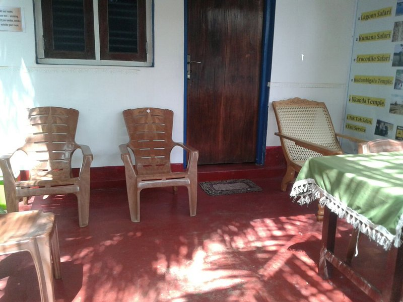Air Conditioned Double Room With Attached Bathroom, vakantiewoning in Pottuvil