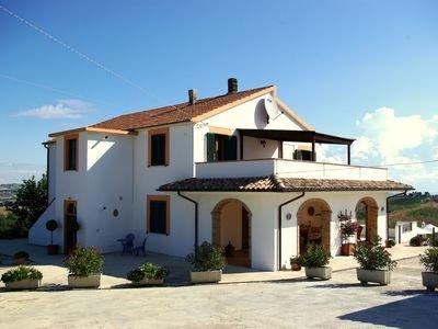 Fantastisk villa med privat pool och underbar utsikt, vacation rental in Castilenti
