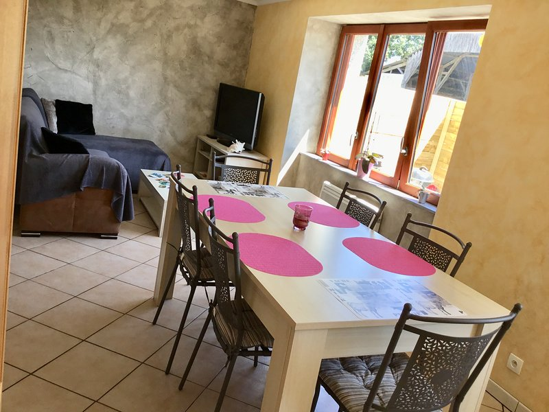 Gîte du Village d'Ava - tout confort pour 6 personnes + bébé, alquiler de vacaciones en Merleac
