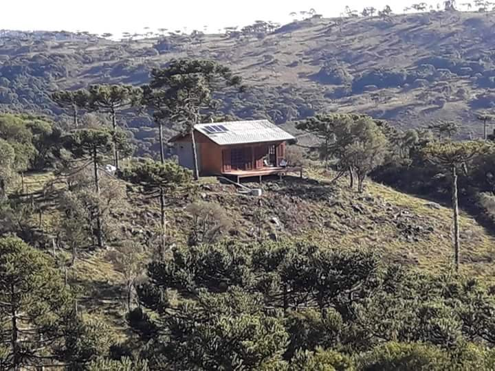 Ecological hut in the middle of the Urubici mountains. Moved to solar energy and natural waters of the place.