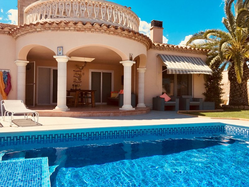 Eole Y Mar, Villa frontline, private pool, seaview, sleeps 10, 300m from beach, location de vacances à Tortosa