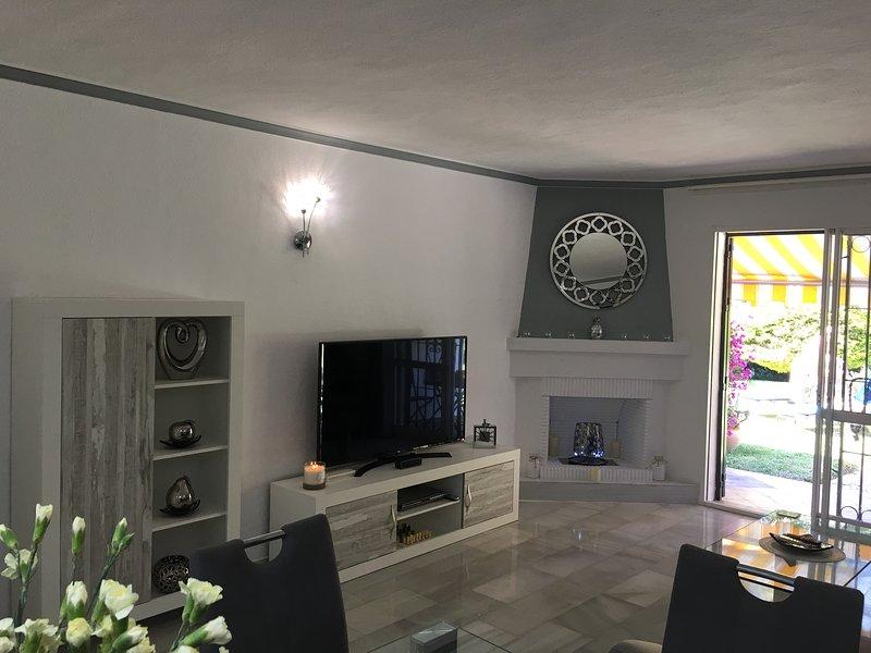 Bella sala open space con porte finestre su terrazza e giardini