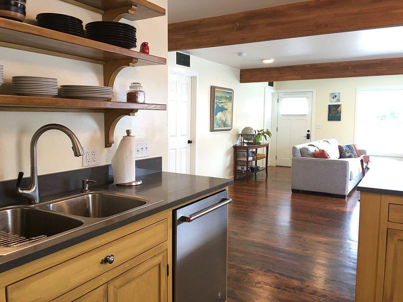 Casa restaurada cariñosamente completa con electrodomésticos de alta gama y camas cómodas.