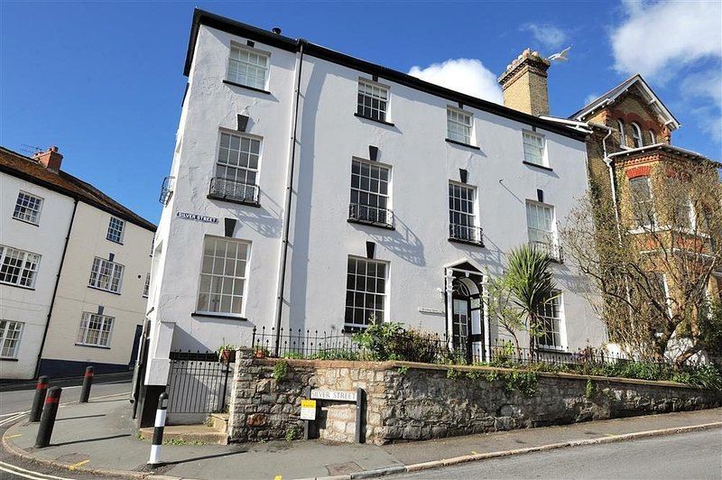 Grade 2 listed Georgian House in the centre of Lyme Regis (2 mins from Beach), vacation rental in Lyme Regis
