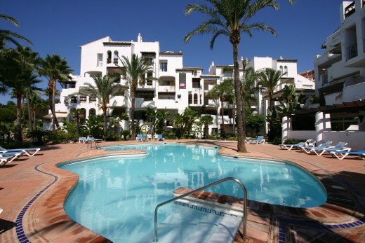 Luxury apartment on a quiet complex 15 minutes walk from the marina & beaches, holiday rental in Pueblo Nuevo de Guadiaro