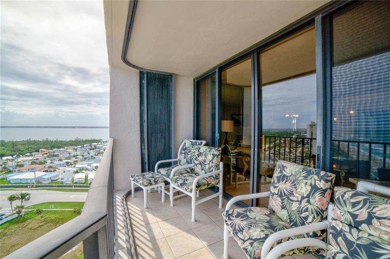 Balkon mit atemberaubender Aussicht auf das Meer und den Innenhof
