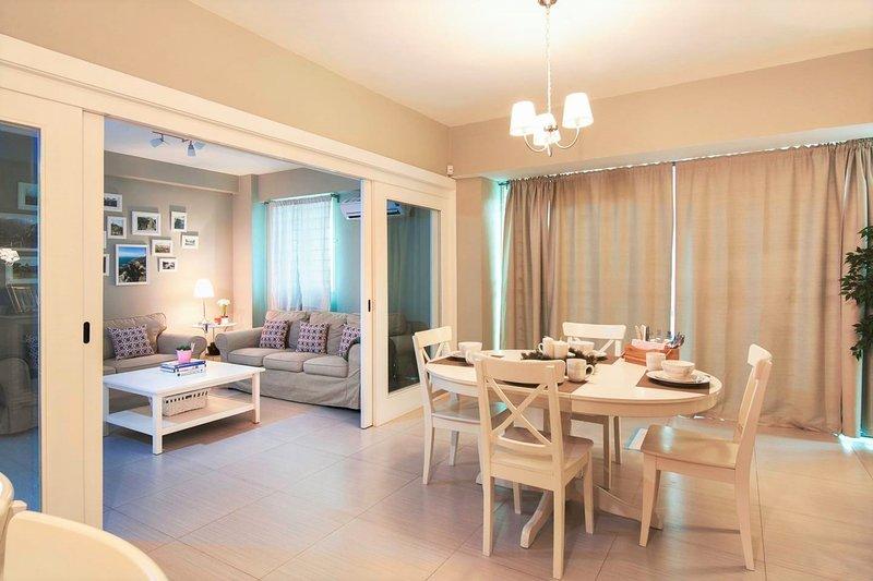 L'ampio soggiorno con divano letto, cucina aperta, zona pranzo e tv