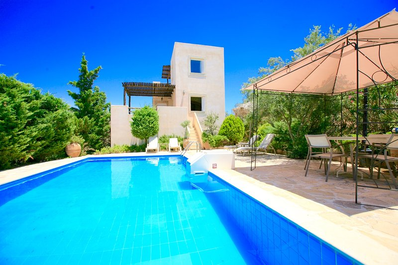Myrsini Traditional Villa with private swimming pool, holiday rental in Listaros