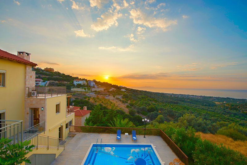 Villa Sun with private swimming pool, location de vacances à Maroulas