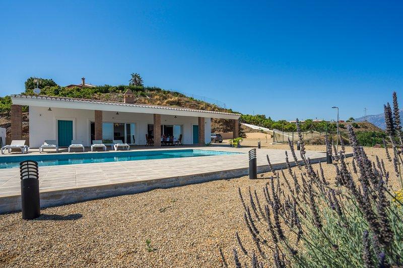 CASA VAYAVISTA. Fantastica Casa de Campo con piscina., holiday rental in Benamocarra