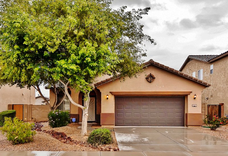 Spacious Maricopa House w/Private Backyard + Grill, holiday rental in Maricopa