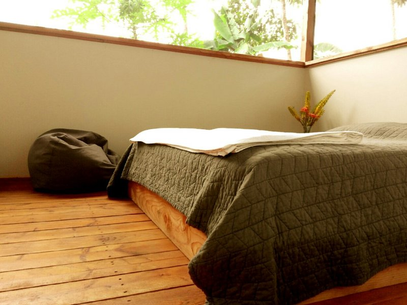Queen Bed- Screened Cabin- Natural Light