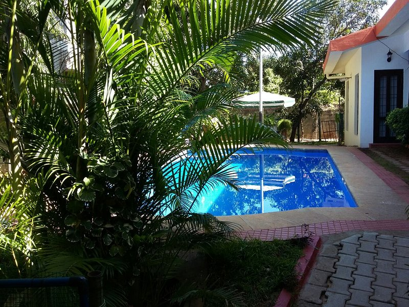 Tucked away  bungalow Family Friendly Family  with a Private Pool, vacation rental in Muttukadu
