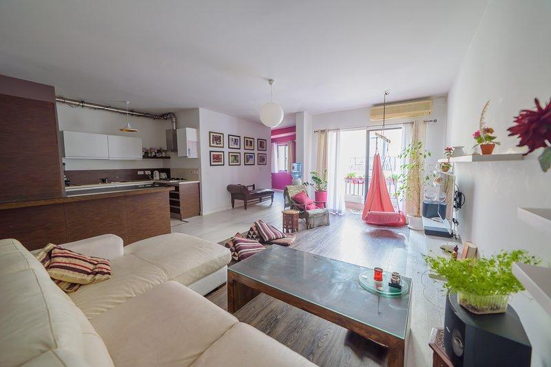 Central + Bright Apartment in St. Julians, casa vacanza a San Gwann