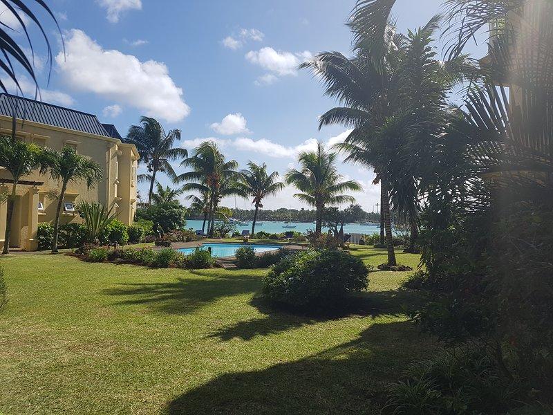 Magnifique appartement avec piscine et plage privée dans résidence sécurisée, vacation rental in Grand Baie