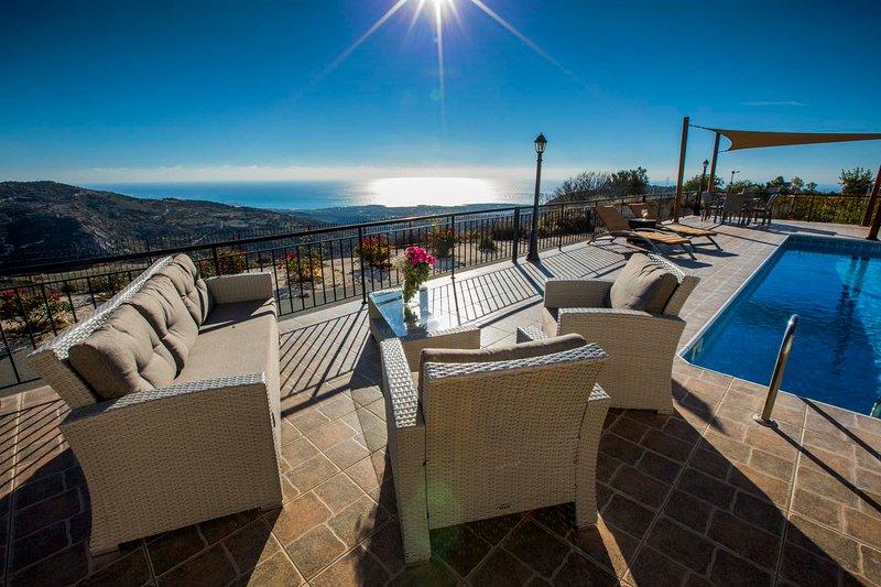Hills view villa. 6 bedroom villa with private pool and hot tub jacuzzi., location de vacances à Pano Arodes