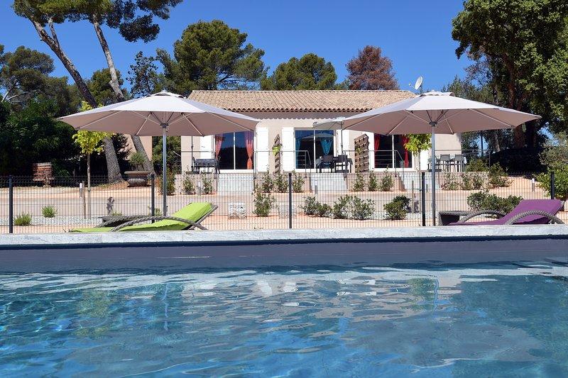 La Londe beau gîte 45m² bleu 4* propriété agricole piscine climatisation wifi, casa vacanza a La Londe Les Maures