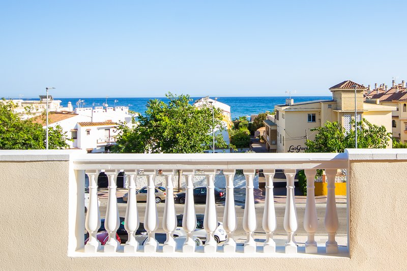 60m2 terrace 4 bedrooms apartment free parking and WIFI, alquiler vacacional en Benagalbón