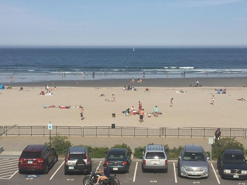 Ocean front condo in the heart of Hampton Beach, holiday rental in Hampton