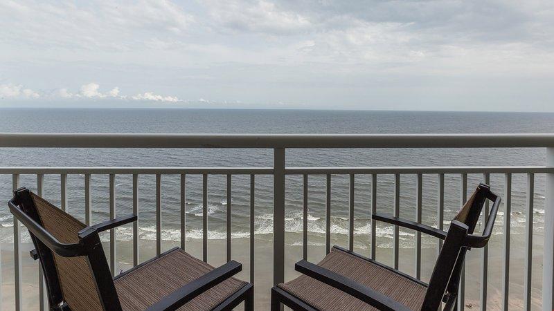 Desfrute de uma vista para o mar da sua varanda.