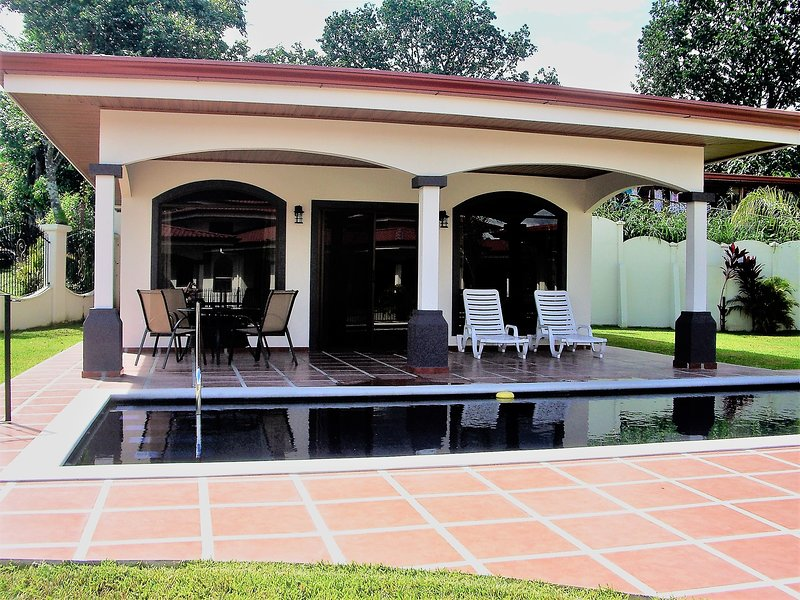 Poco Cielo (Little Heaven) One Bedroom Bungalow with Pool, holiday rental in Mercedes