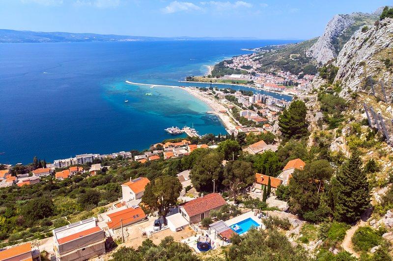 Posición perfecta de la villa a solo 2 km del pueblo de Omiš y hermosas playas.