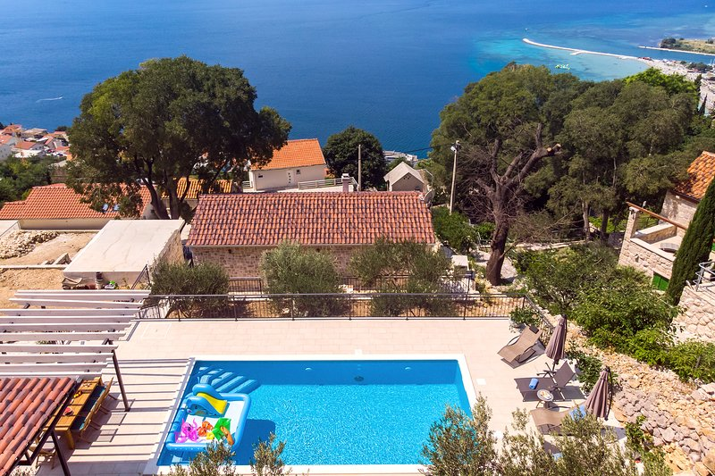 Attractive location of villa, 2km above town Omiš with beautiful panoramic views