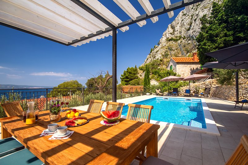 Seaview VILLA B2B with heated private pool and amazing panoramic sea views!, alquiler de vacaciones en Omis