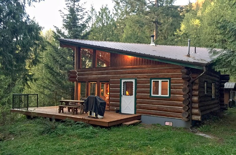 Mt. Baker Lodging- Cabin #97 – REAL LOG CABIN, LAKESIDE, DOCK, PETS OK, SLEEPS-6!