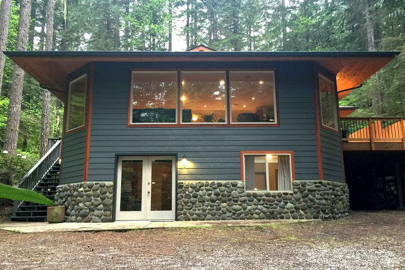 Mt. Baker Lodging – Cabin #29 – HOT TUB, SAUNA, SHUFFLEBOARD, BBQ, SLEEPS-11!