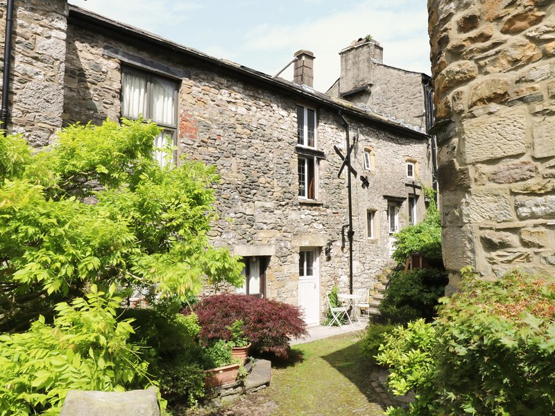 COURTYARD COTTAGE, Grade II listed over three floors, Kirkby Lonsdale, vacation rental in Kirkby Lonsdale