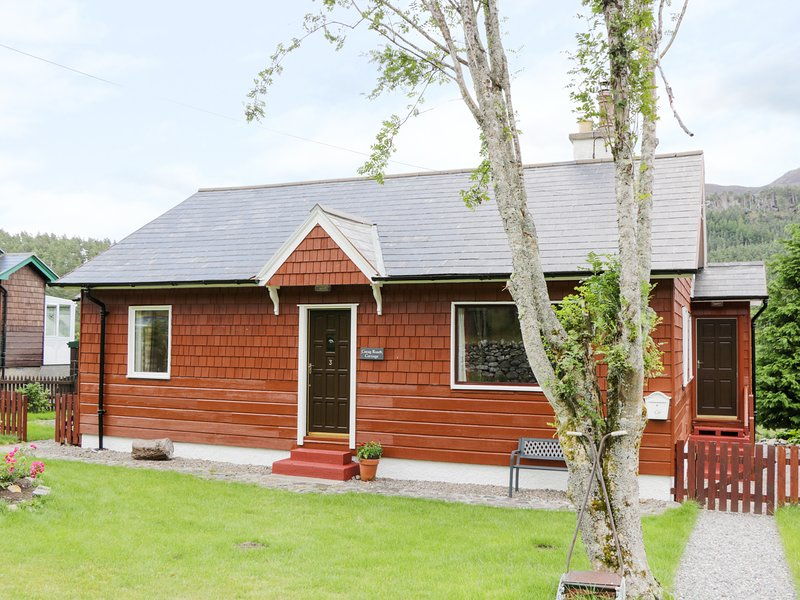 3 STRATHANMORE COTTAGES, enclosed gardens, near Muir of Ord, holiday rental in Garve