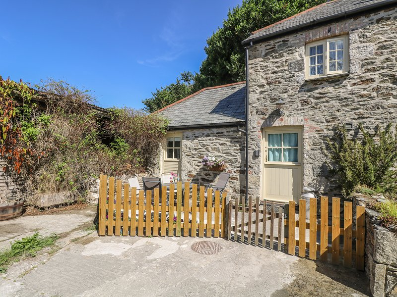 HONEYCROCK, private patio with furniture, zip/link bed, walks from doorstep, holiday rental in St Newlyn East