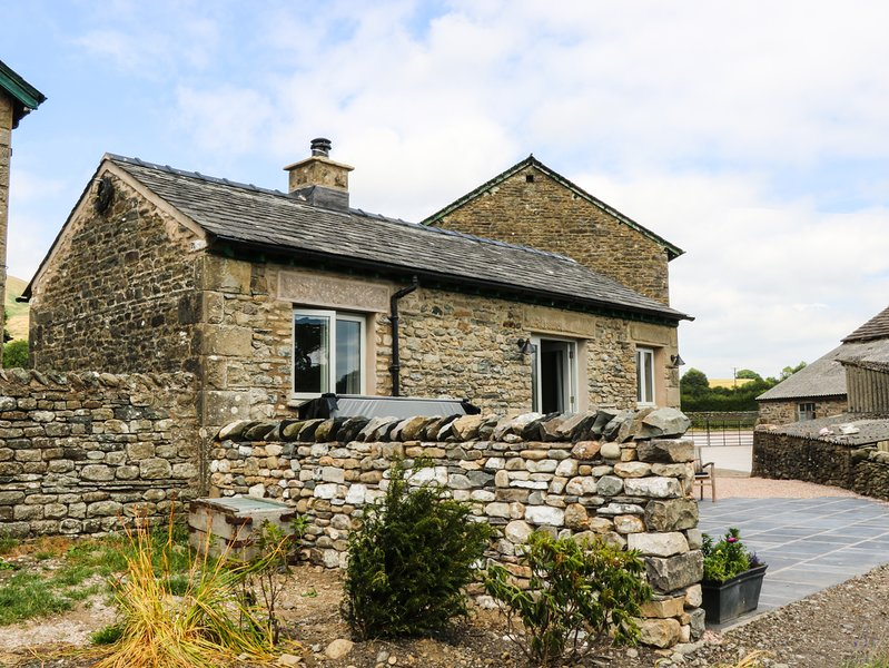 SPEIGHT COTTAGE, open-plan barn conversion with hot tub, Sedbergh, vacation rental in Garsdale
