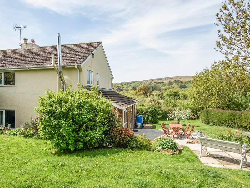 CLAMPITTS, peaceful Dartmoor cottage with wood burning stove and countryside, holiday rental in Okehampton