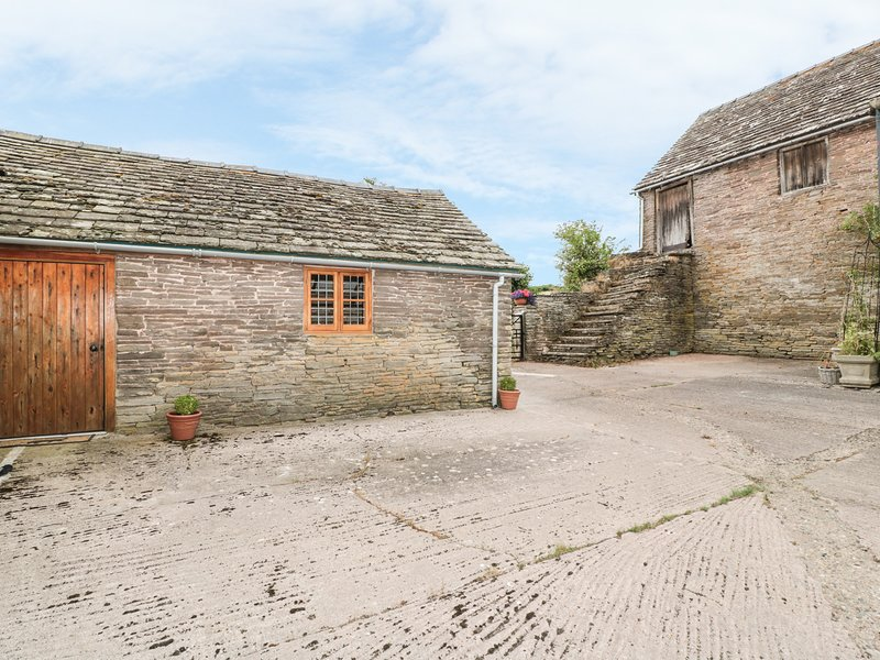 THE COW COTT, open-plan, near Hereford, holiday rental in Madley